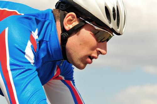 Radsportler mit Helm und Sonnenbrille