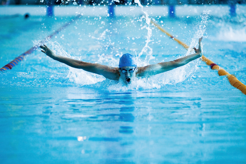 männlicher Schwimmer schwimmt im Schmetterling-Stil
