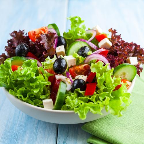 gemischter Salat mit Oliven, Paprika, Grken, Tomaten etc.