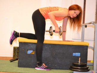 Frau macht zu Hause Sport