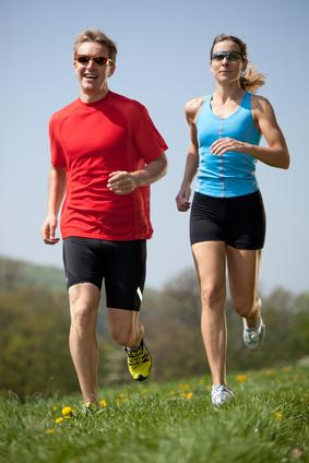 Paar beim Start in den Frühlingssport