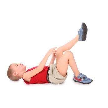 Junge hat Schmerzen im Bein