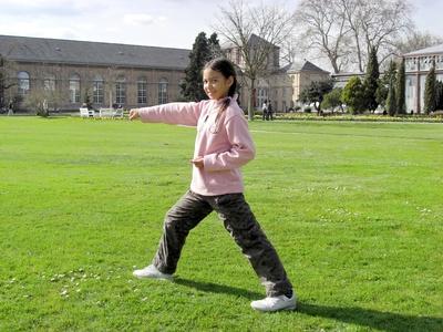 Chinesisches Mädchen übt Tai Chi im Park © theogott - Fotolia.com