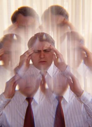Mann mit Kopfschmerzen aufgrund von Wetterfühligkeit