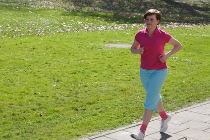 Frau walkt im Freien