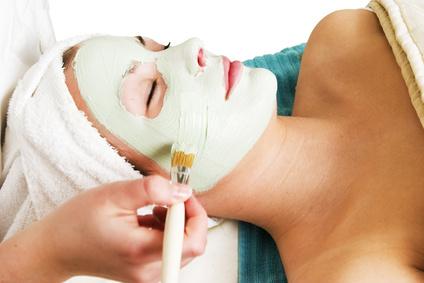 Pflegemaske, die einer Frau aufgetragen wird