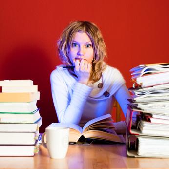 Frau lernt für Abiturprüfung