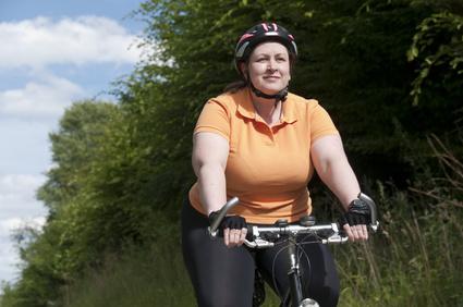 Übergewichtige Frau fährt Fahrrad
