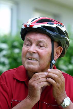 Alter Mann setzt einen Helm auf
