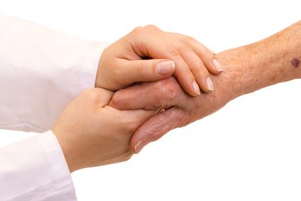 Arzt gibt einer Frau die Hand