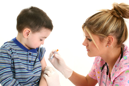 Ein Kind bekommt eine Impfung