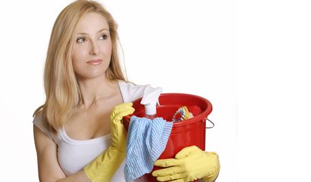 Frau mit Putzutensilien