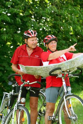 zwei Senioren mit ihren Rädern