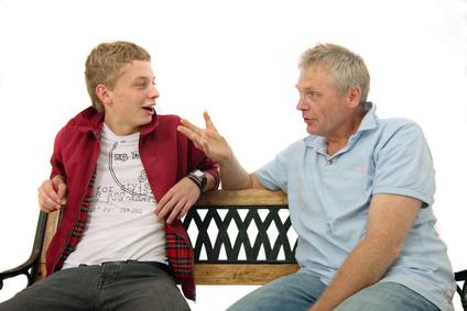 Gespräch zwischen Jungen und Mann