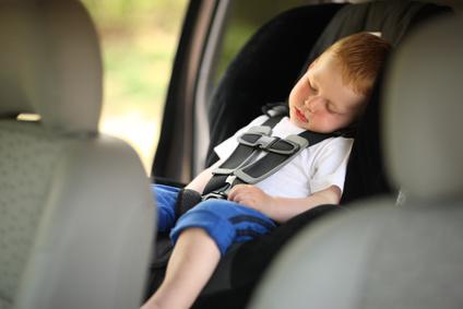Junge schläft in einem Auto