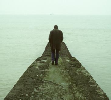 Mann auf einem Pier