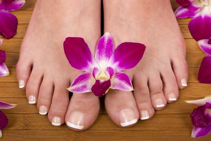 zarte Füße mit einer Blume