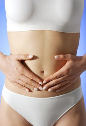 Frau hält sich den Magen