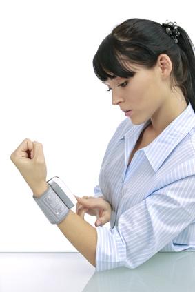 junge Frau misst ihren Blutdruck © wibaimages - Fotolia.com