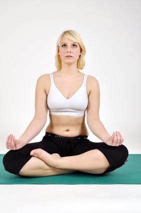 Frau macht Yoga und trägt einen Sport-BH