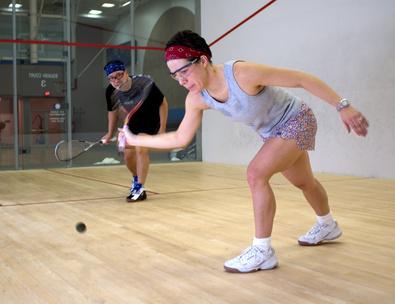 Frau und Mann spielen Squash