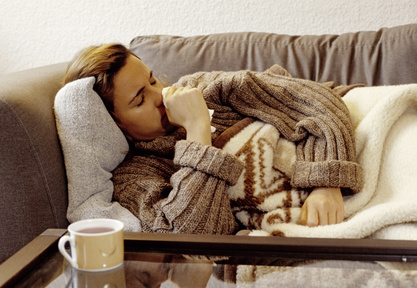 kranke Frau liegt auf dem Sofa