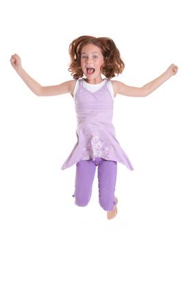 Kind springt jubelnd in die Luft