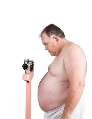 fettleibiger Mann wiegt sich