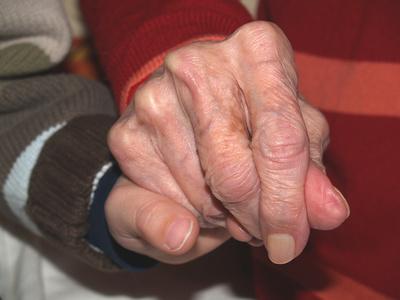 alte Frau hält die HAnd eines Kindes
