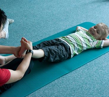 Physiotherapie bei einem Kind