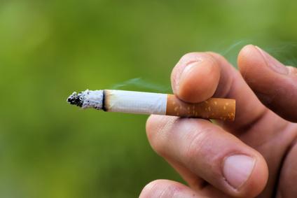 Mann hält Zigarette in der hand