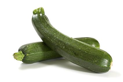 frische zucchini isoliert auf weiß