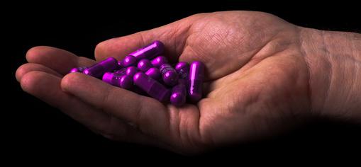 Pillen in einer Hand