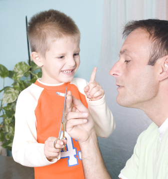rauchender Vater mit seinem Kind