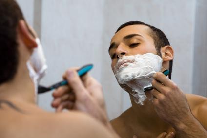 Mann, der sich rasiert
