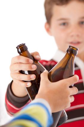 Kinder mit Bierflaschen