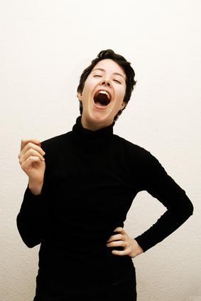 Frau singt und lacht