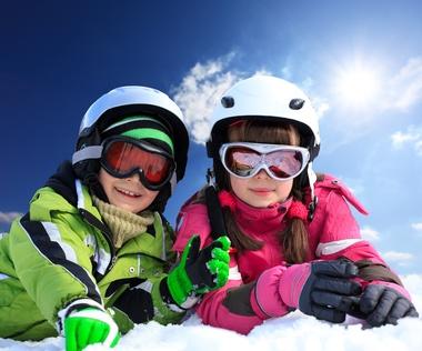 Kinder im Skifahreroutfit