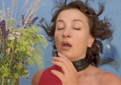 Frau, die niest
