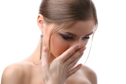 Frau häkt sich den Mund zu
