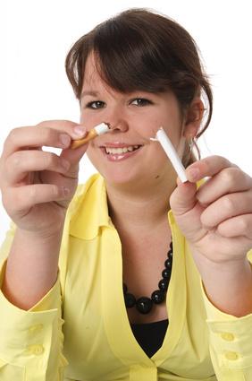 Jugendliche zerbricht eine Zigarette, lacht