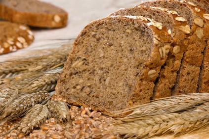 Mehrkornbrot dekoriert mit Getreide