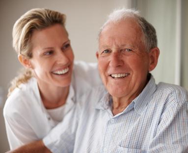 Senior mit einer Krankenpflegerin