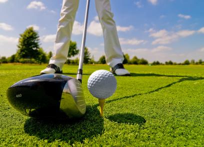 Golf auf dem Rasen bei Sonnenschein
