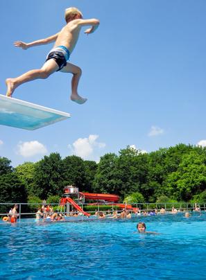 Junge springt ins Wasser