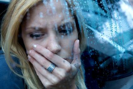 depressive frau im regen