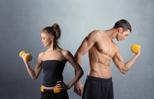 attraktive frau und mann machen fitnessübungen