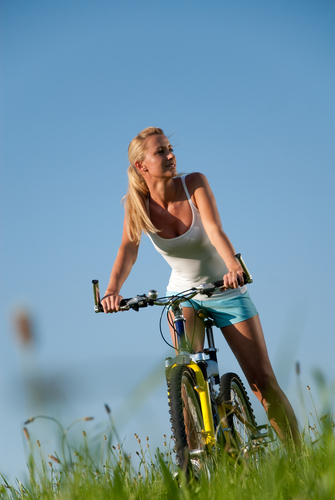 junge frau auf mountainbike im sommer