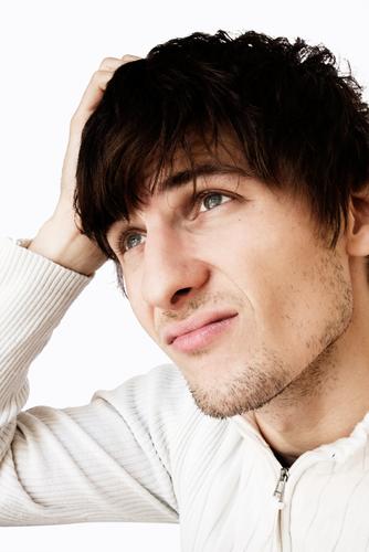 junger mann beim gehirnjogging