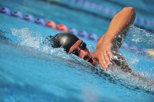 profi schwimmer im wasser